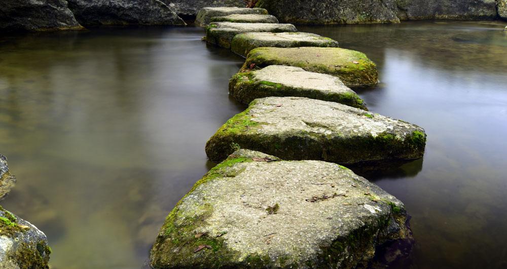 Felsweg im Wasser