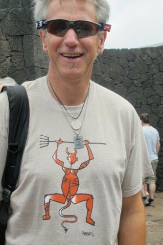 Carlos aus Argentinien mit dem Emblem des Nationalparks Timanfaya