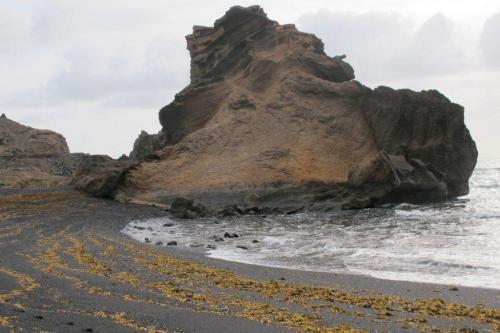 Magic rock die kraftvolle Landschaft Lanzerotes führt uns vom Vulkangipfel zurück zum Meer