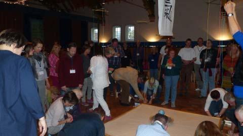 Die Teilnehmer schreiben ihre Wünsche für die Welt auf bunte Kärtchen