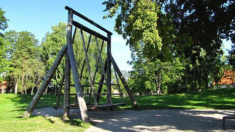Estische Gemeinschaftsschaukel, wo füher junge Männer ihre 'Angebeteten' in höchste Höhen geschaukelt haben.
